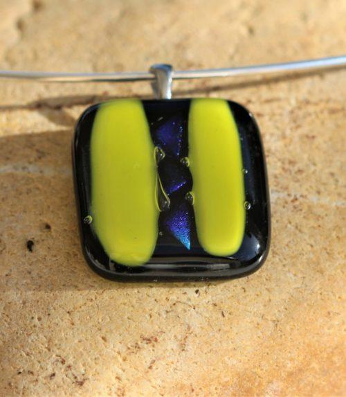 Pendentif carré en verre noir et anis plus verre dichroïque sur la longueur du centre