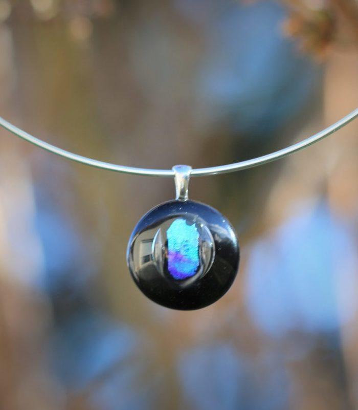 Pendentif rond en verre noir et verre dichroique