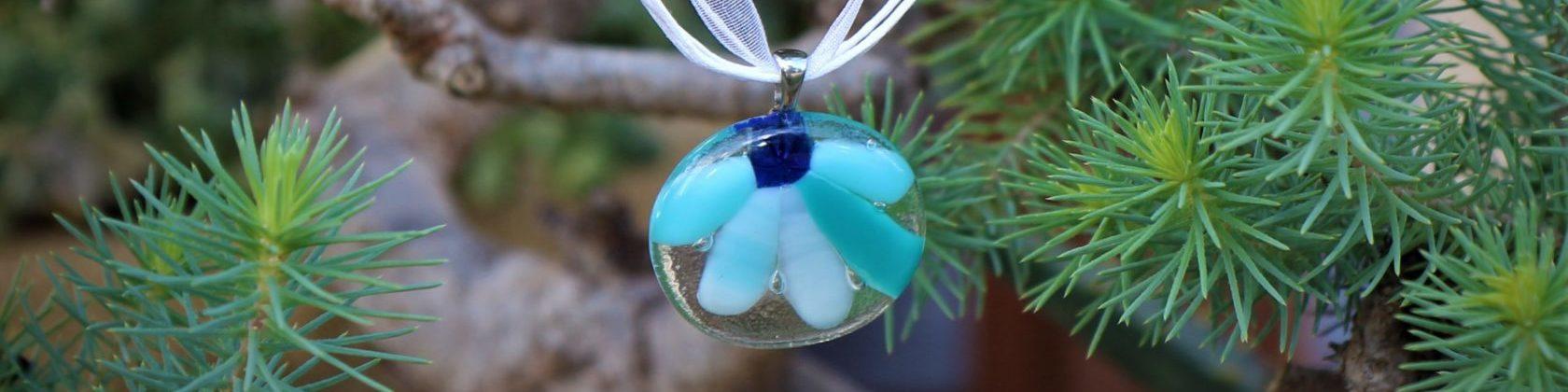 Pendentif rond en verre et motif pétales bleu