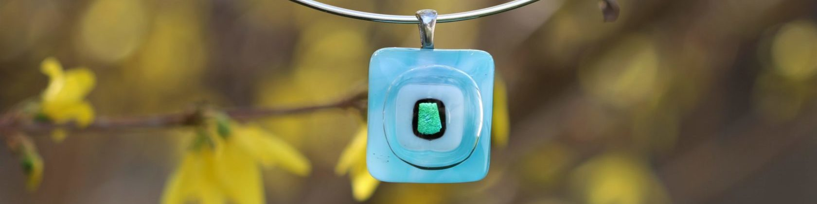pendentif carré en verre bleu turquoise et blanc