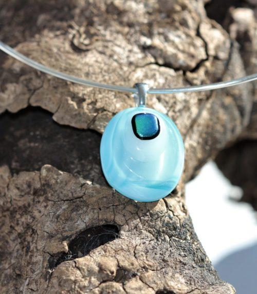 Pendentif en verre de forme ovale dans les dégradés de bleus