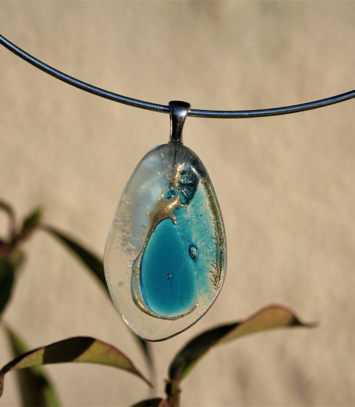 pendentif en verre goutte d'eau bleu turquoise et transparent