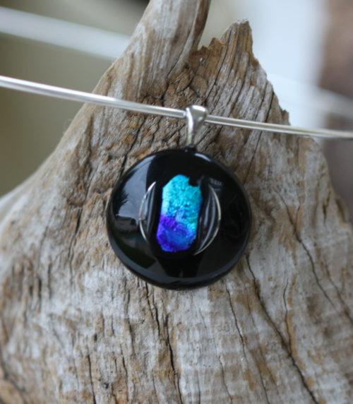 Pendentif en verre noir et dichroïque