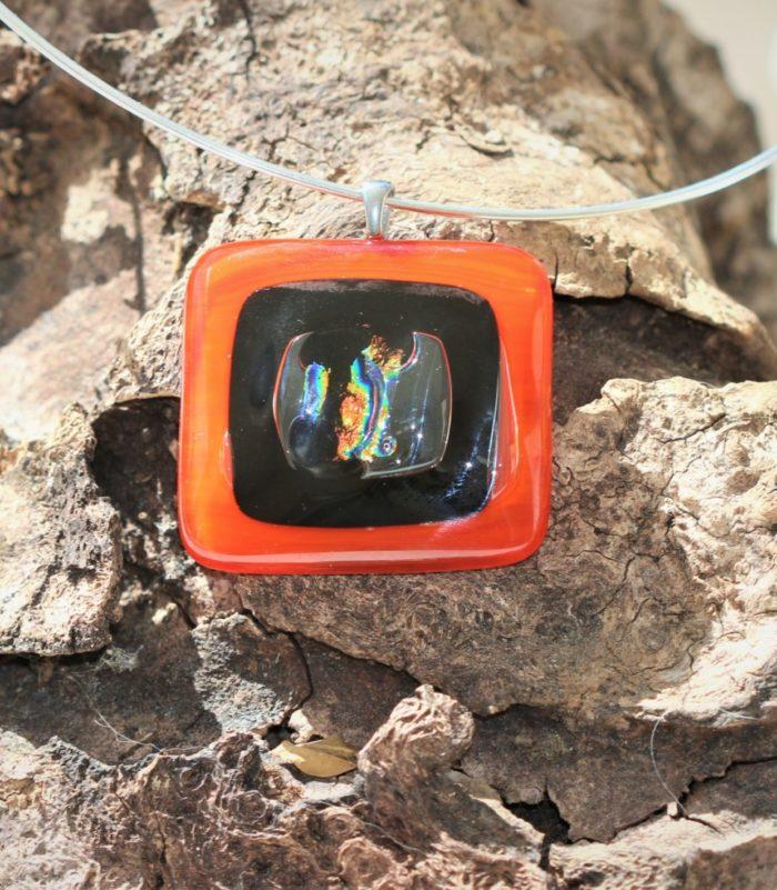 Pendentif en verre carré orange, noir et doré