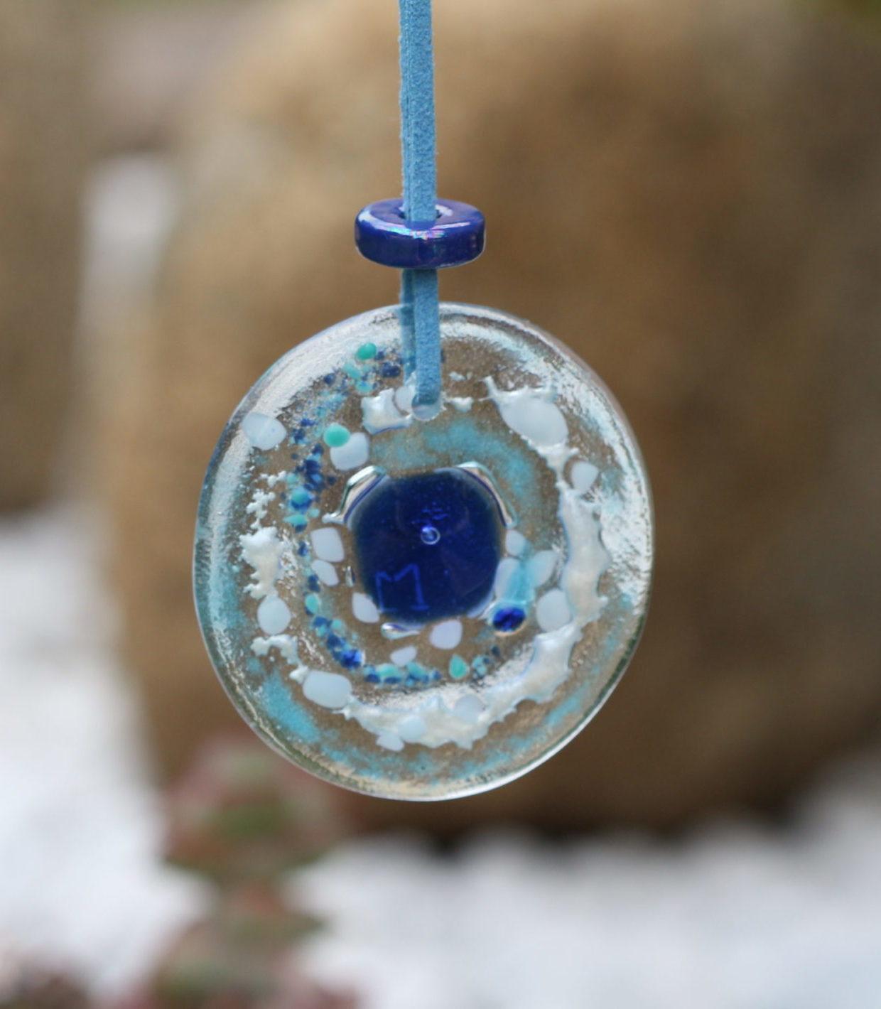 Pendentif en verre de 6 cm avec des incrustations de verre bleu et blanc