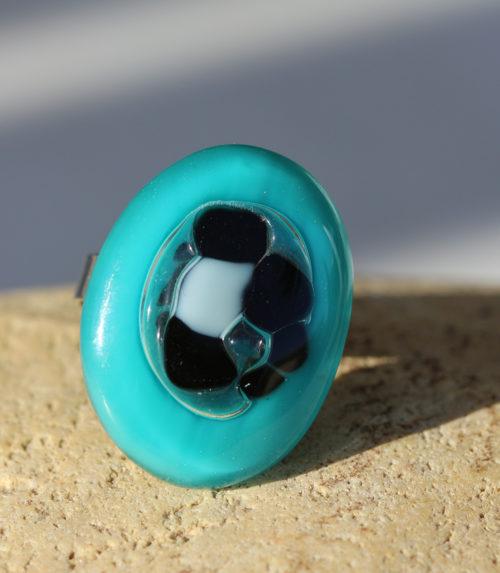 bague ovale en verre bleu et incrustation de verre blanc