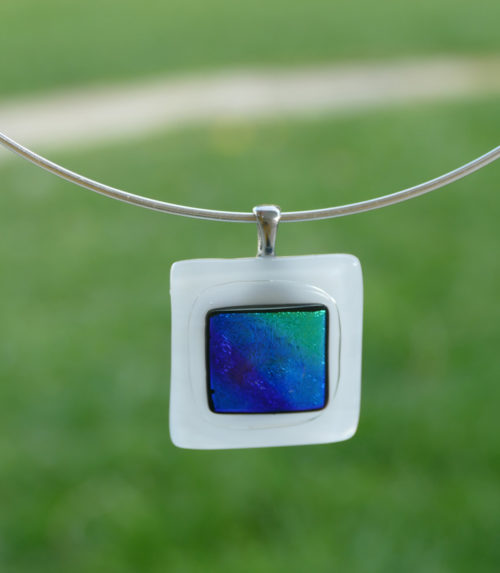 Pendentif carré en verre blanc et dichroïque